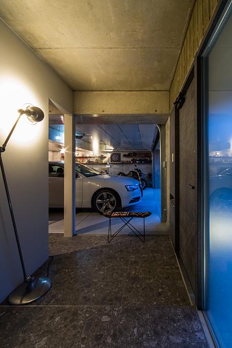 石切のガレージハウス 玄関からガレージ内を見る