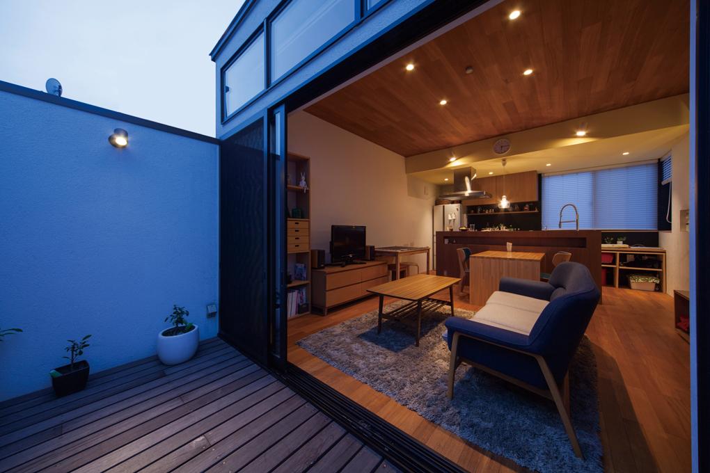 板橋のガレージハウス 3階バルコニー夕景
