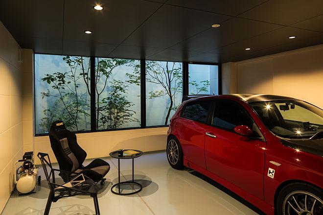 京都・山科のガレージハウス ガレージ中央区部分から見る