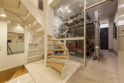 新富町のガレージハウス 1階の階段