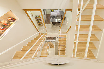 新富町のガレージハウス 階段からの眺め