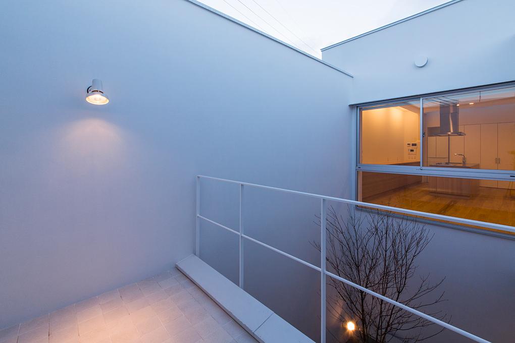 垂水のガレージハウス 中庭とデッキ