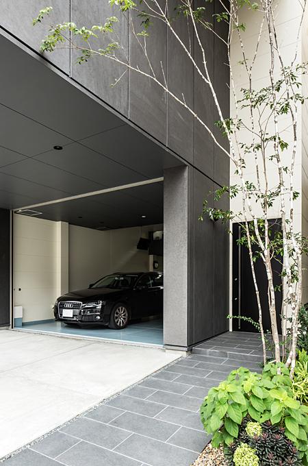 山科のガレージハウス ガレージと玄関