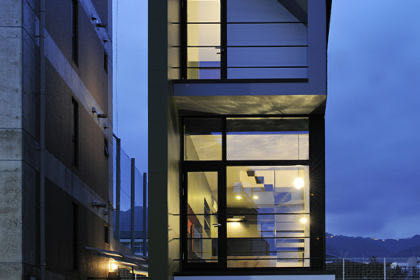 六甲の狭小住宅外観夜景